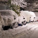 Verschneite Verkehrsschilder und verschneite Fahrzeuge - Das ist zu beachten, auch bei viel Schnee!