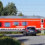 Unfälle am Bahnübergang vermeiden - Darauf sollten Autofahrer an Bahnübergängen achten!