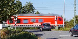 BahnübergangRegelnVerkehrsregelnUnfallUnfälleSchilderVerkehrsschilder150151AndreaskreuzBaken80-Meter160-Meter-240-MeterUnfälle-am-BahnübergangWas-tun-am-Bahnübergang-1-300x153.jpg